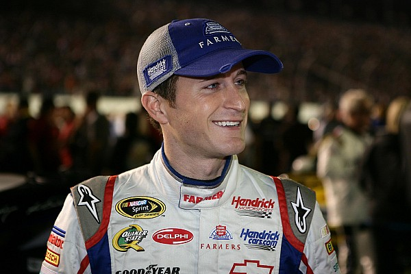 Kahne zips around short Martinsville oval for pole
