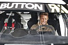 World Rallycross Jenson Button prueba un Mini y un VW Beetle de rallycross