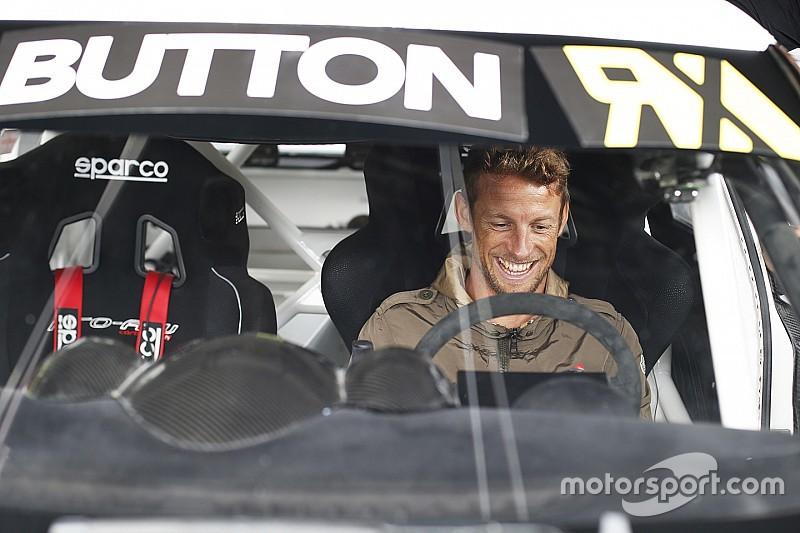 Jenson Button prueba un Mini y un VW Beetle de rallycross
