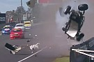 Supercars VÍDEO: tocado por irmão, piloto sofre acidente gravíssimo