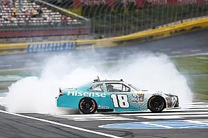 NASCAR XFINITY Reporte de la carrera Denny Hamlin triunfa en  Charlotte con emocionante final