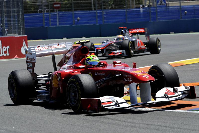Massa à frente de Hamilton no começo da corrida