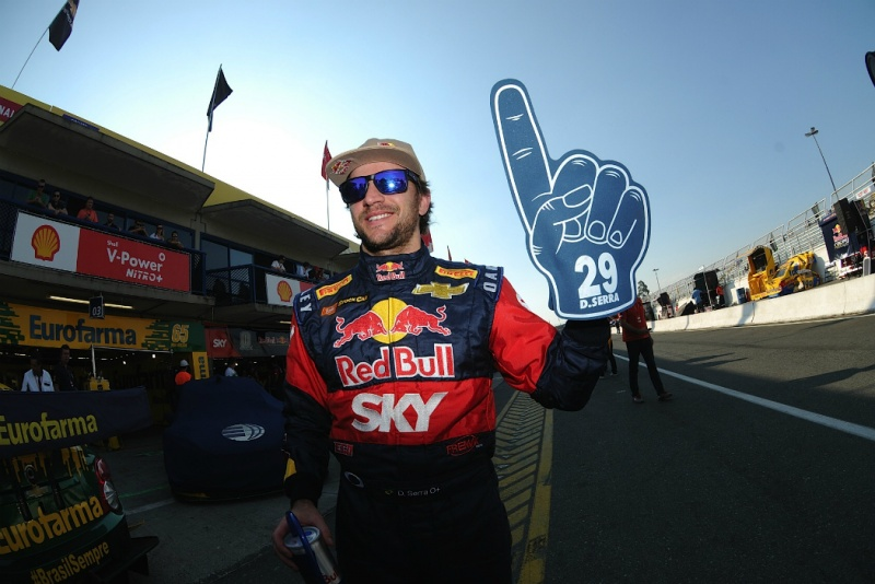 Daniel Serra comemora depois de garantir a pole position