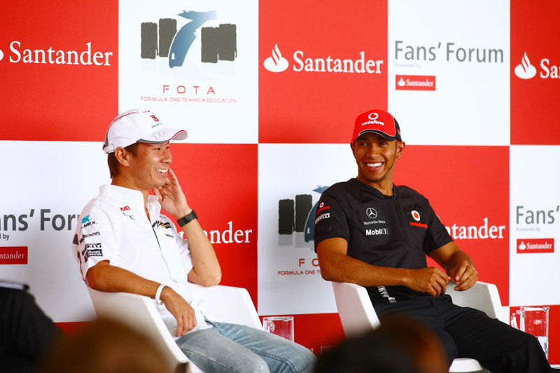 Kobayashi e Hamilton em evento da FOTA