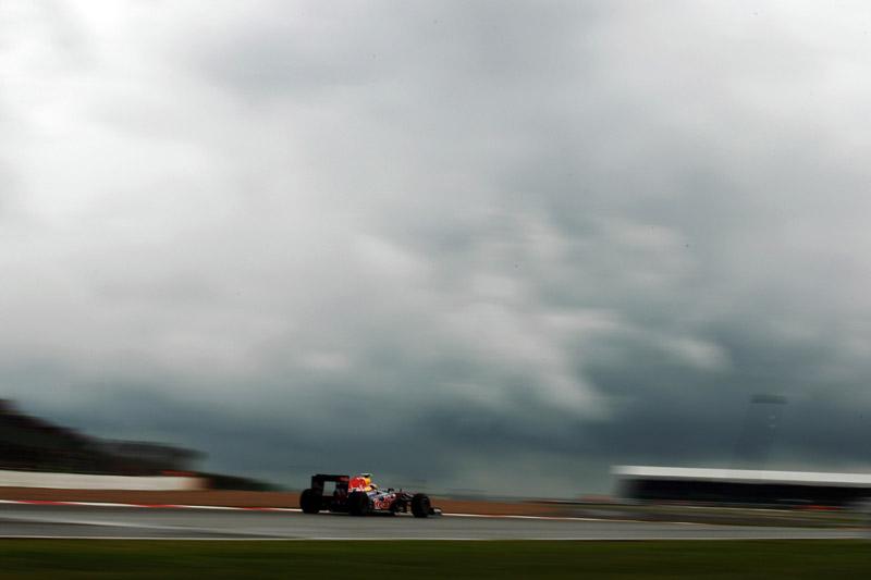 Webber e o tempo feio de Silverstone ao fundo