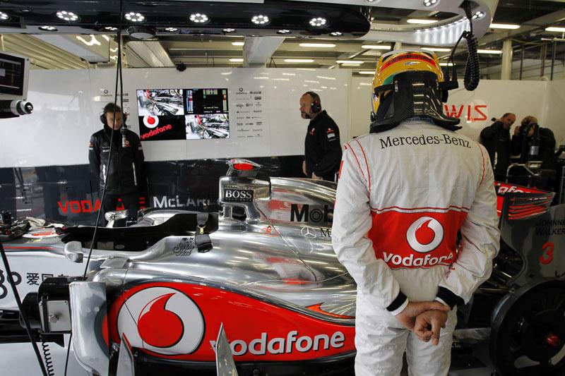Hamilton larga apenas em décimo correndo em casa