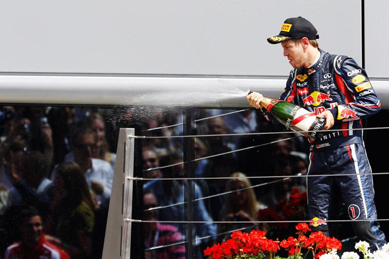 Vettel cumprimenta Alonso pela vitória