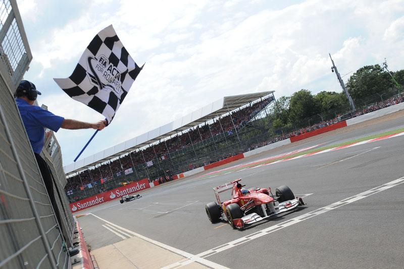 Alonso recebe a bandeirada em Silverstone