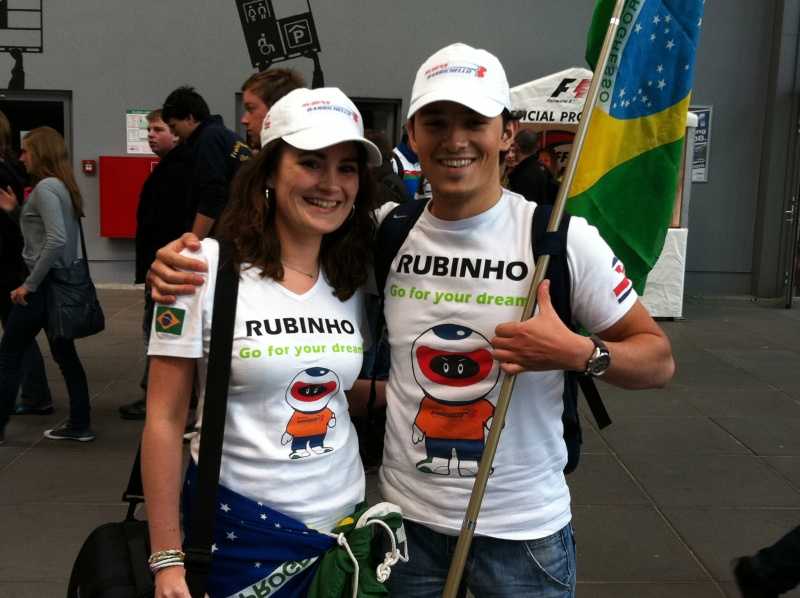 Maaike e Karim circulam por Nürburgring com a bandeira brasileira