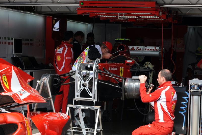 Ferrari trabalha nos boxes de Nürburgring