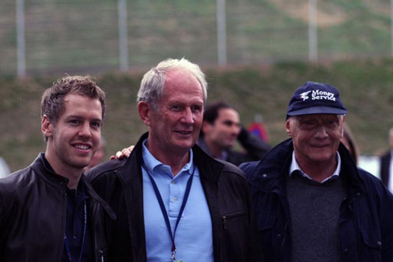 Lauda com Vettel e Helmut Marko em evento da Red Bull