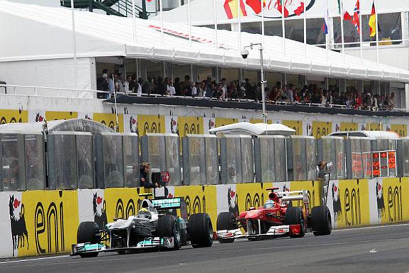 Alonso teve de ultrapassar Rosberg duas vezes no início da prova