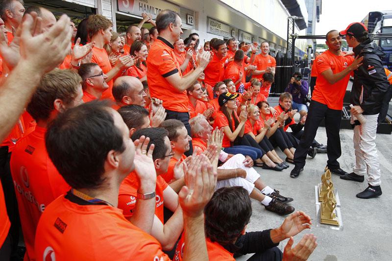 Hamilton cumprimenta o vencedor do GP da Hungria, Jenson Button