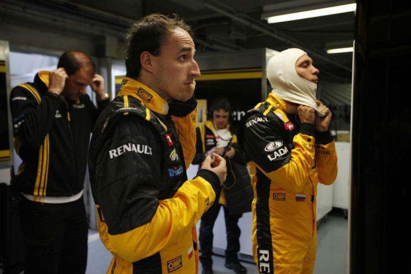 Kubica se prepara para entrar no carro em imagem do ano passado