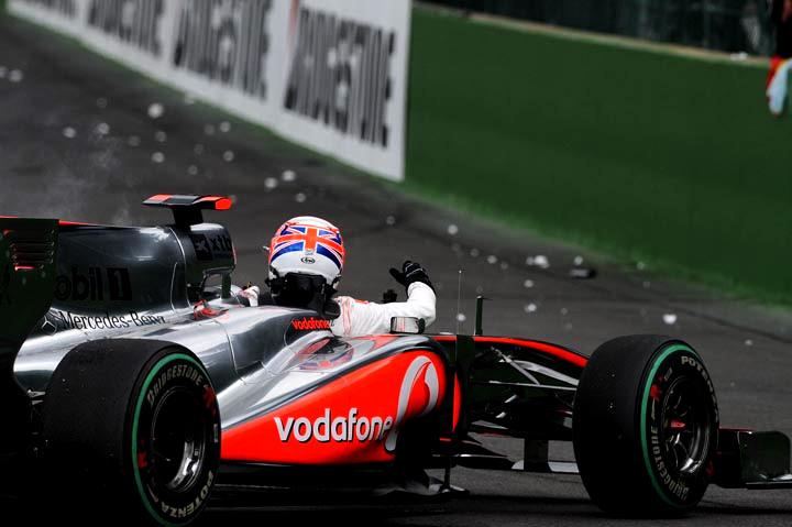 Button deixa carro após ser tirado da pista por Vettel no ano passado