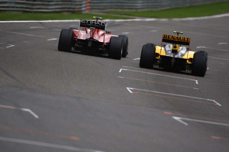 Petrov brigando com Fernando Alonso na corrida do ano passado
