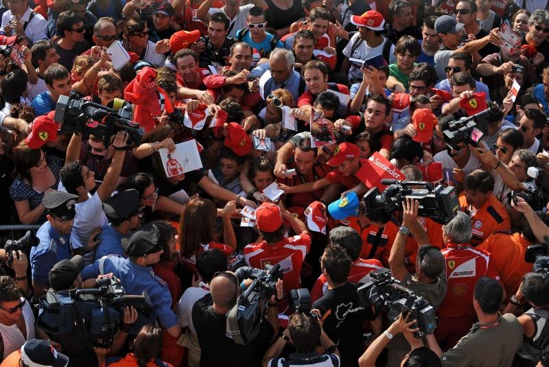 Alonso dá autógrafos aos torcedores em Monza