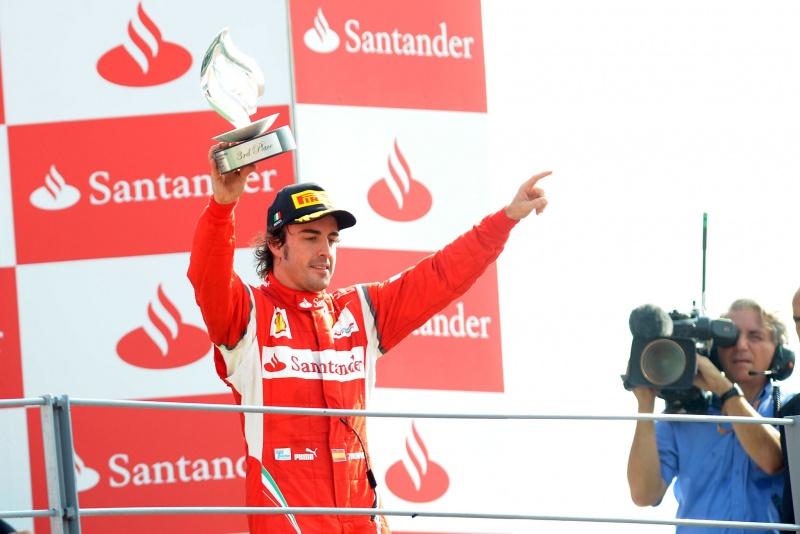 Alonso celebra com torcedores no pódio de Monza