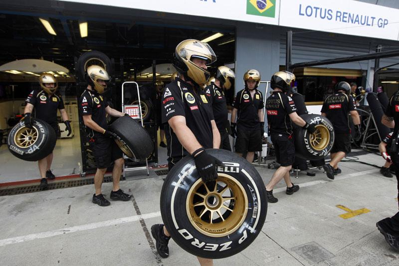 Pneu Pirelli na mão de mecânico da Lotus Renault GP