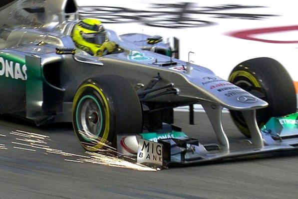 Asa de Rosberg trisca o asfalto