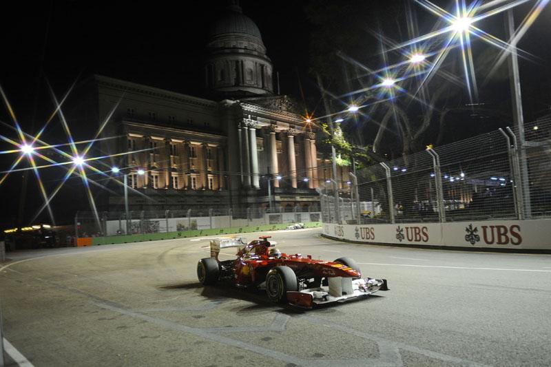 Alonso conduz sua Ferrari no circuito onde venceu duas vezes