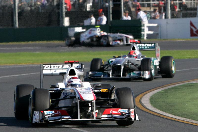 Kobayashi e Perez, com Schumacher entre os dois, em Melbourne