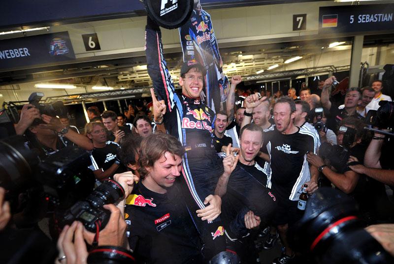 Vettel na comemoração da vitória de 2010 em Suzuka