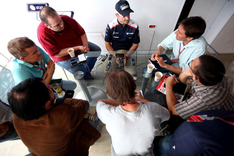 Rubens Barrichello em conversa concorrida com jornalistas