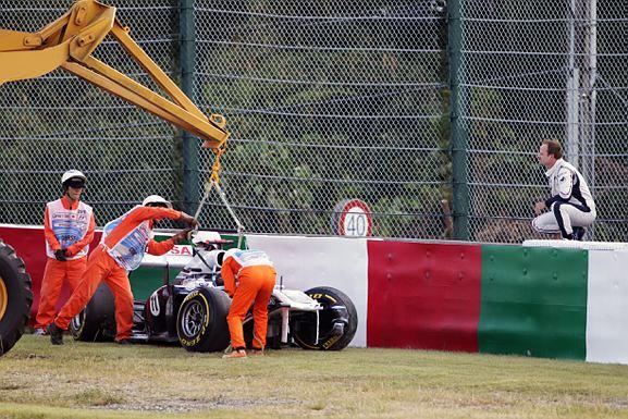 Barrichello observa carro batido