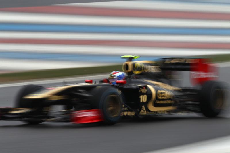 O toque com Schumacher acabou com a corrida de Petrov