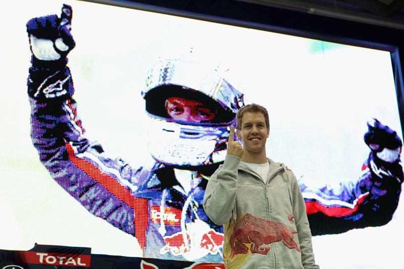 Vettel comemora o bi em Milton Keynes
