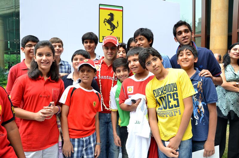 Felipe Massa e crianças indianas