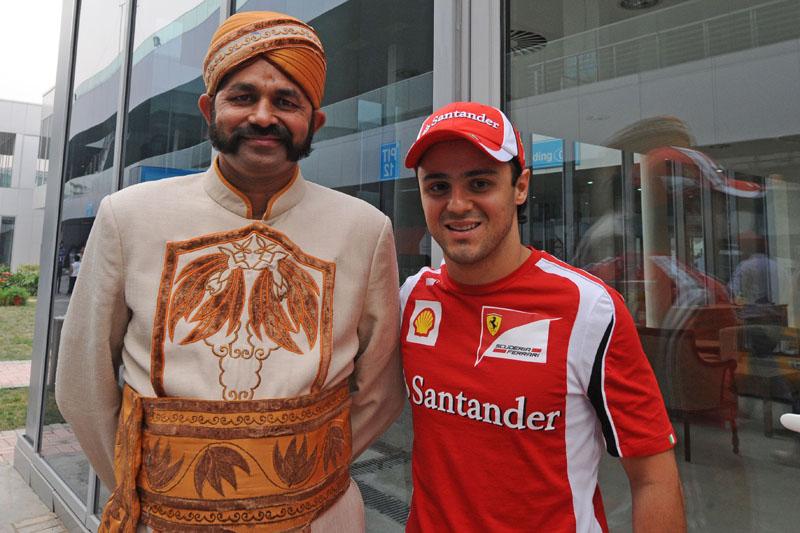 Felipe Massa posa ao lado de indiano no paddock