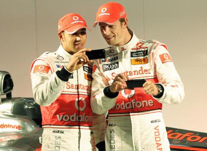 Hamilton e Button brincam com celular