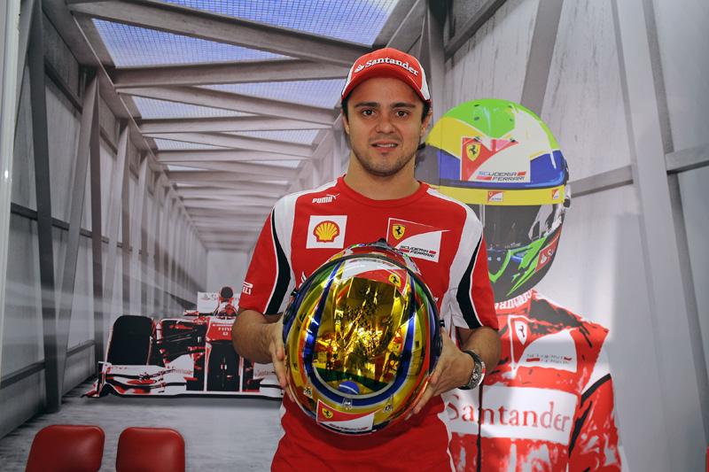 Felipe Massa e o capacete comemorativo