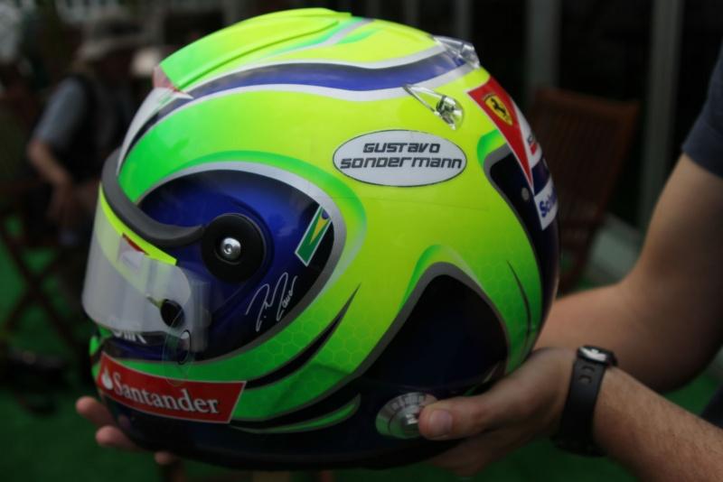 Capacete de Massa com homenagem; clique na foto para ampliar