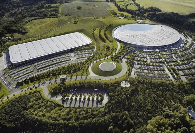 A McLaren optou por lançamento caseiro, em sua fábrica na Inglaterra