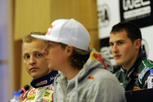 Hirvonen e Raikkonen durante coletiva no WRC