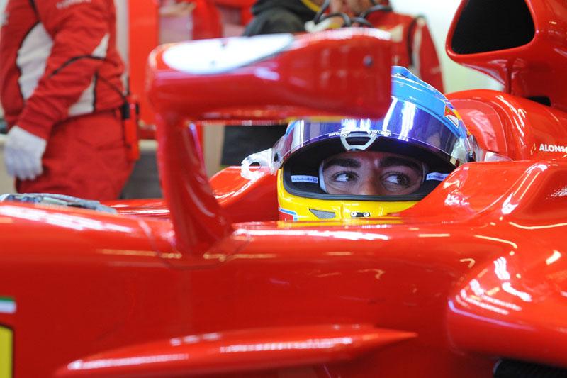 Alonso lidera a sessão, mas passou boa parte da manhã nos boxes