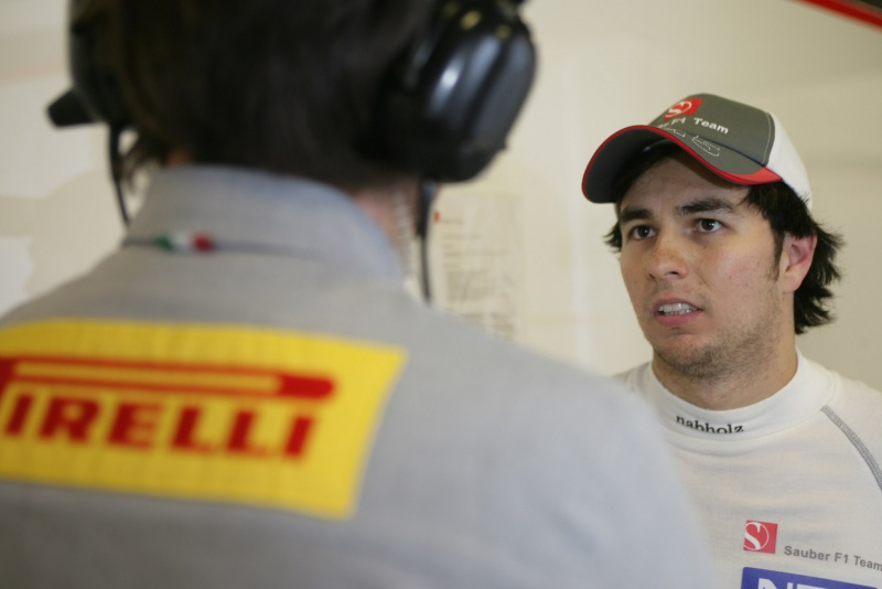 Sergio Perez conversa com engenheiro da Pirelli em Barcelona