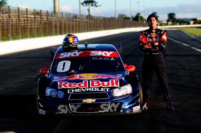 Cacá Bueno e a versão 2012 de seu Stock Car (Crédito: Duda Bairros/Vicar)