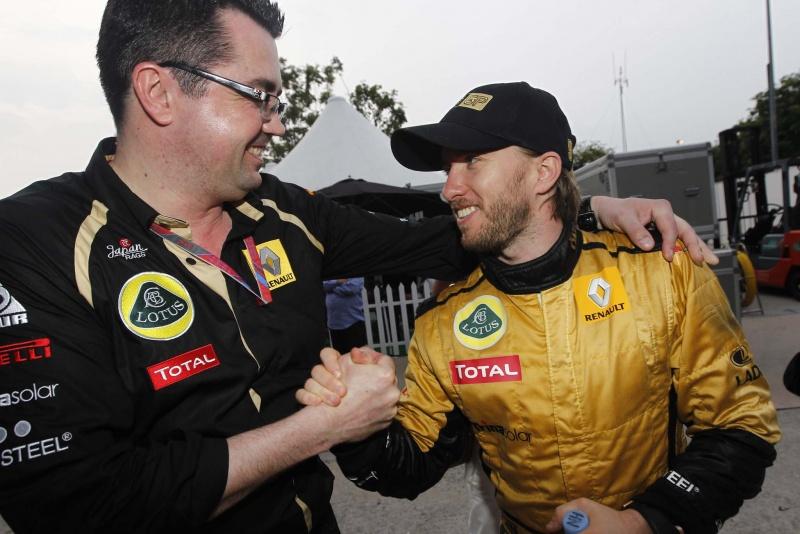 Eric Boullier cumprimenta Nick Heidfeld após o GP da Malásia