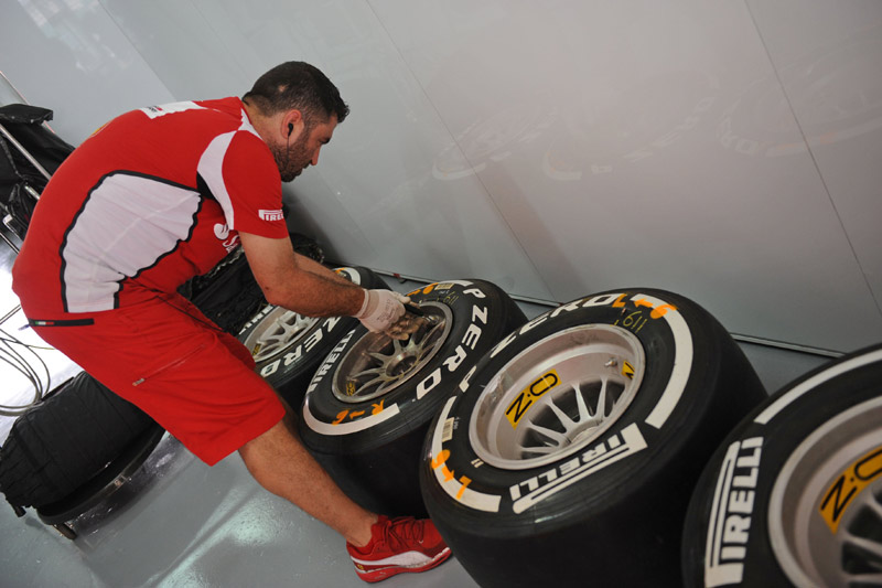 Membro da Ferrari organiza pneus