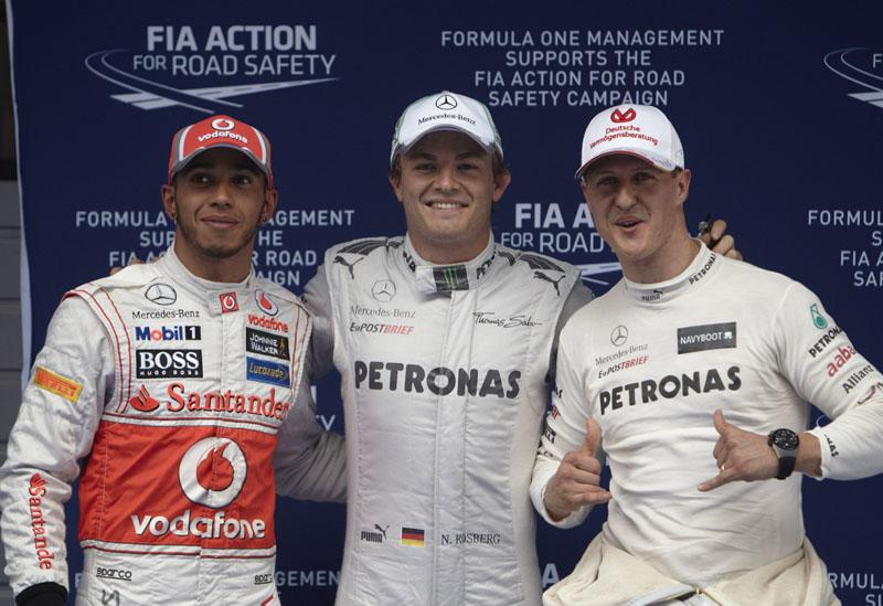 Rosberg posa ao lado de Hamilton e Schumacher