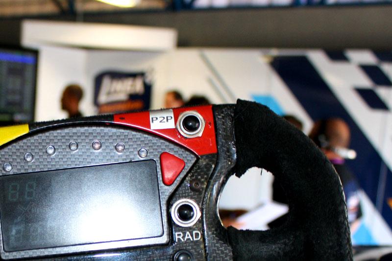Botão de ultrapassagem em destaque, na área vermelha do volante
