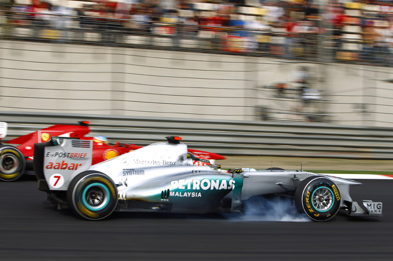 Michael Schumacher e Fernando Alonso protagonizaram um dos grandes pegas do GP da China