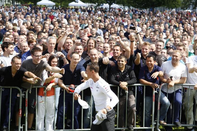 Schumacher distribui prêmios para fãs na Alemanha