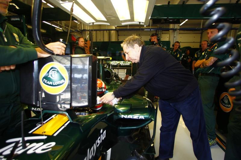 Jean Todt acompanha trabalho nos boxes da Lotus em Istambul