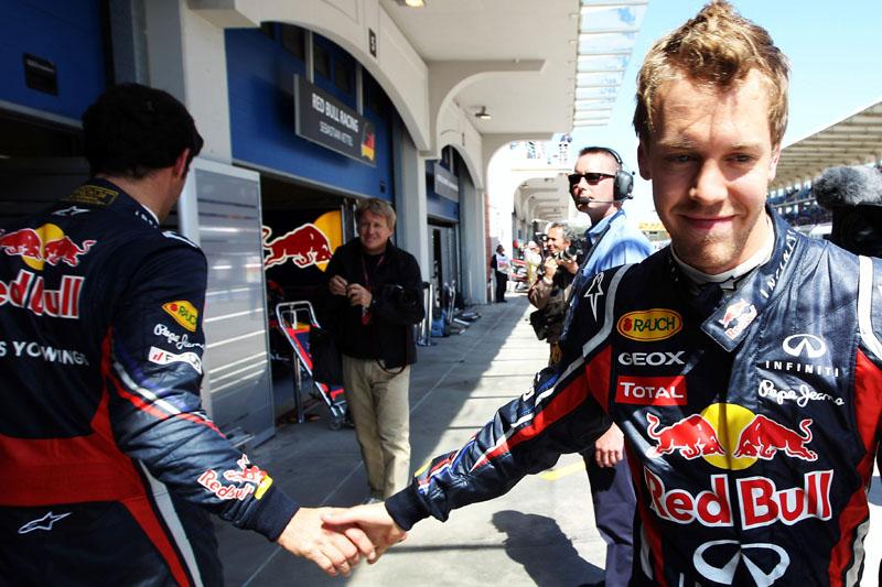 Webber (de costas) cumprimenta Vettel em Istambul