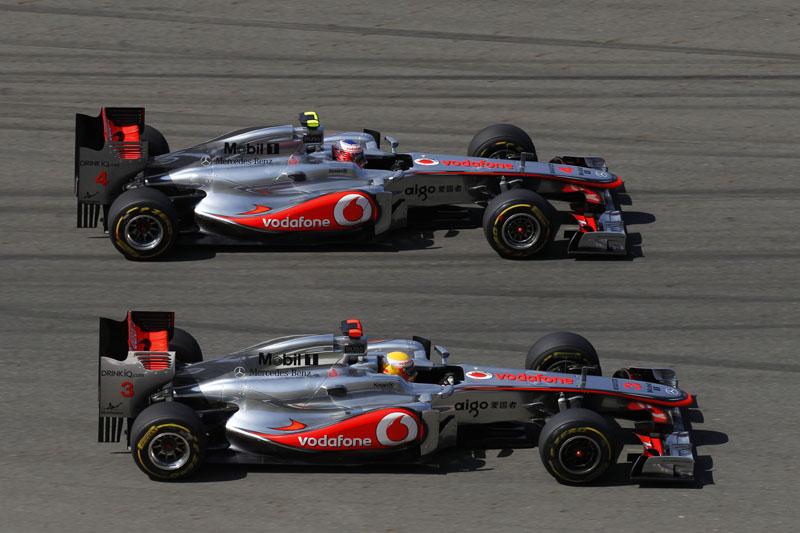 Button e Hamilton disputam posição neste domingo